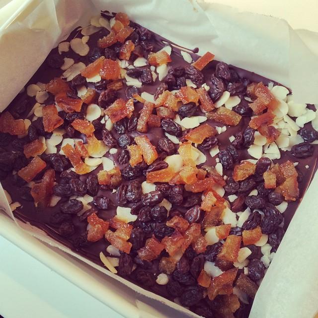 ナッツとドライフルーツのチョコレートバーどうやってカットするか思案中。。 いつもかならず試食していて、太りそう。。 #チョコレート#ドライフルーツ