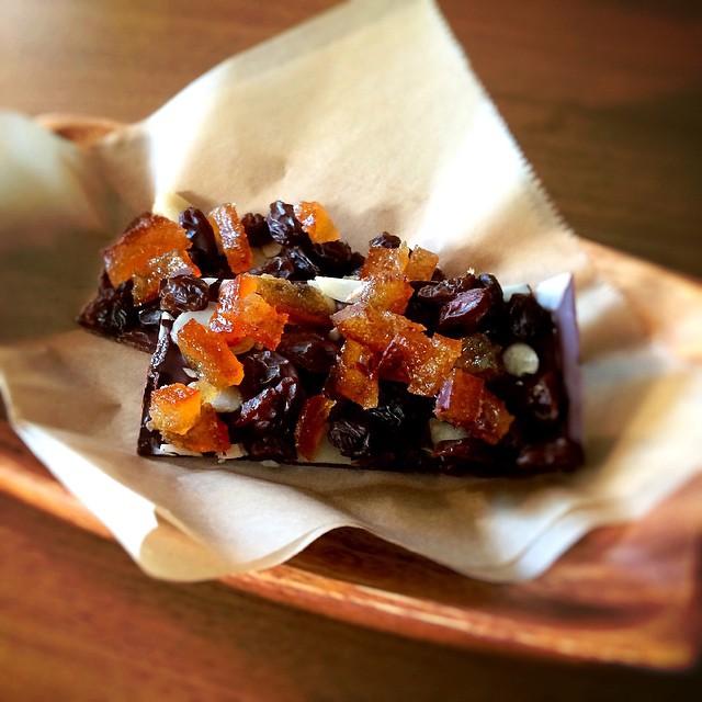 チョコレートバーまろやかな口当たりのチョコレート。口に入れた瞬間にオレンジの香りが広がって、なめらかなチョコレートがとけはじめます。アーモンド、オレンジピール、レーズン#ドライフルーツ #チョコレート