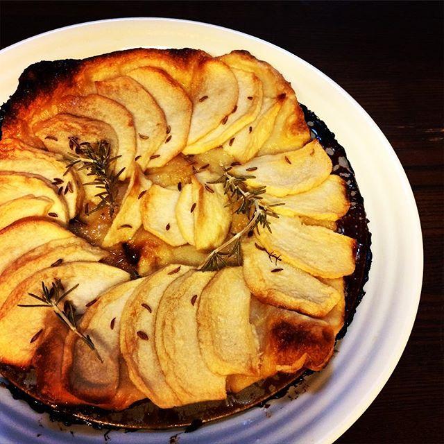 リンゴのキャラメリゼパイシュガー、パイシート、リンゴ、シュガー、バターの順番に乗せて、オーブンで焼く。ローズマリー、キャラウェイを乗せて出来上がり。リンゴは薄切りが美味しい今日のおやつ#手作りおやつ #ハーブ #キャラメリゼ #リンゴ #パイ #ウチ用 #Instagram (Instagram)
