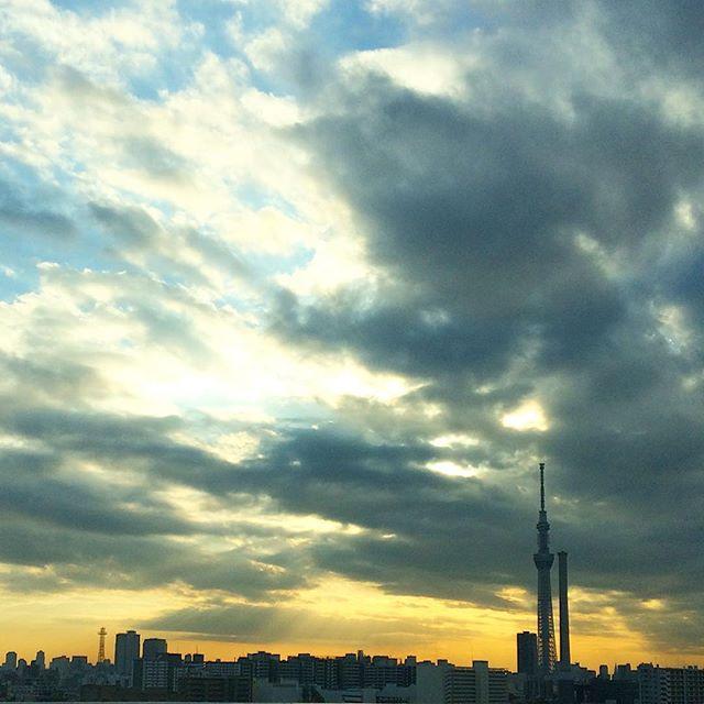 東京の空を背中に家路に、今日も一日おつかれさまでした。#スカイツリー #東京 #空 #夕暮れ #おつかれさま #ドライブ (Instagram)