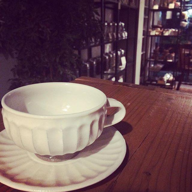 益子の陶器市で購入したのは、真っ白なティーカップ&ソーサー。カップの脚がすっと立っていて、上品な装い。とって付きのカップのニーズが多かったので、今回思い切って購入してみました。見た目、今までのとあまり変わってないですよね〜。笑。#益子 #陶器市 #戦利品 #ティーカップ #益子焼き (Instagram)