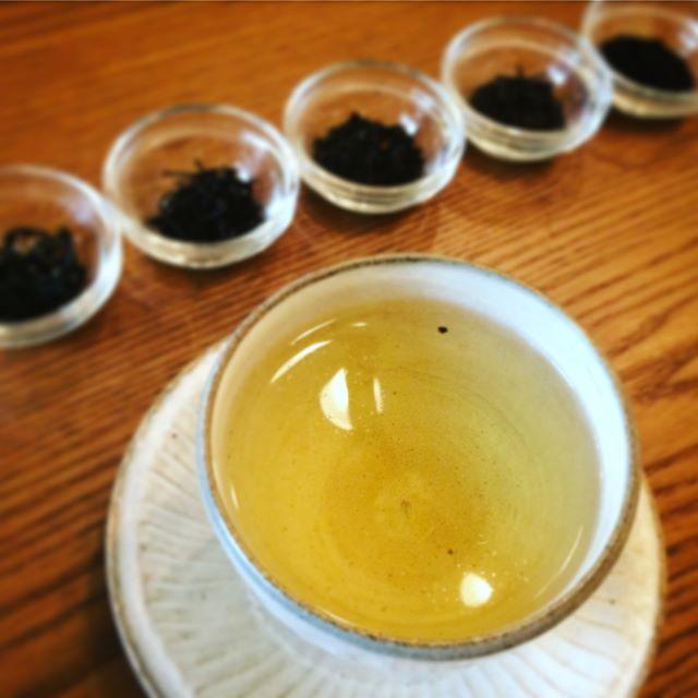 国産の紅茶と烏龍茶を始めました。猿島烏龍茶猿島紅茶嬉野紅茶南薩摩紅茶伊勢紅茶5種ともにどれも個性があり、ハーブティーに近い優しい香りと深い味わいが特徴です。贅沢なお茶とともにゆったりとした素敵なお茶時間を体感してみませんか。 【お知らせ】葉の園では11月下旬よりお席を少し増やしてゆったりとしたお茶時間を楽しめるようにレイアウトを変えます。私がこだわったのは葉の園らしい椅子。高級すぎず、でもそれなりの心地よさを求めてオリジナル感満載のオーダーメイド。 是非遊びにいらしてくださいね。来年からは通常ランチもスタート。スタッフ募集もあります。#国産紅茶 #国産烏龍茶 #美味しいハーブティー #スープのお店 #来年のことはあくまでも予定 #葉の園 (Instagram)