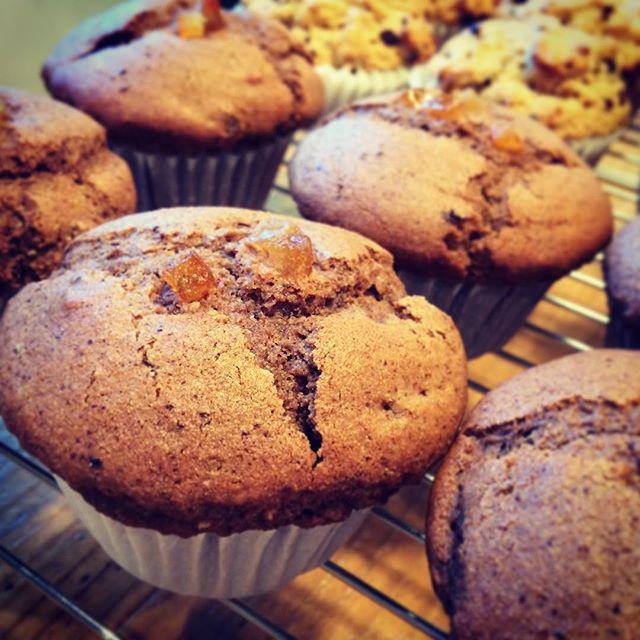 卵乳製品を使わないヴィーガンマフィン。生チョコを生地に混ぜ合わせたチョコとオレンジピール粗挽きカカオとチョコチップを混ぜたバニラ風味のマフィン2種ともに午後3時以降に焼きあがります。お持ち帰り用もあります。#オーガニック #ヴィーガン #自家製 #無添加 #マフィン #muffin #スイーツ #sweets #埼玉カフェ #上尾カフェ #リラックス #ハーブティーのお店 #スープのお店 (Instagram)