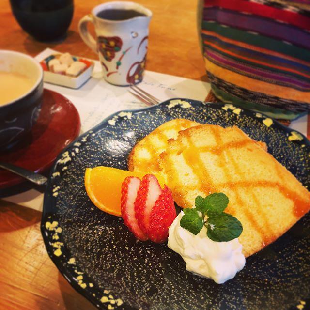 益子のカフェ・フーネさんへ。お茶とスイーツ、いろいろ勉強になりますミルクティーがとても美味しかったー。益子でオシャレなカフェをネットで検索していたら、マカロニさんのサイトで「益子焼きや自然にふれられるカフェ20選」というページにたどり着き、カフェ・フーネさんがトップに掲載。そこで使われていたインスタの写真が私のだったってことを昨日知りました。笑笑益子の器、また購入しちゃった。空いてる益子も買い物しやすくて好きですー。#益子 #カフェフーネ #sweets #ミルクティー #シフォンケーキ #益子焼 #器 (Instagram)
