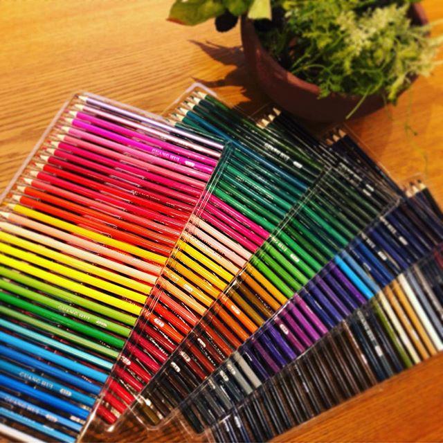 大好きなもの買ってしまった。Amazonのタイムセールで。^^160色の色鉛筆。 「絵」から離れてどのくらい経つだろう。今頃になって、エドガーケイシーを夢中で読んでたら、子供の頃好きだったこと、やりたかったこと、なりたかったことに意味があるということで、久しぶりに復活してみようと思いました。色鉛筆はお店にありますから、是非みなさん、ご一緒に植物の絵を描きませんか。#デッサン #絵 #色鉛筆 #好きなこと (Instagram)