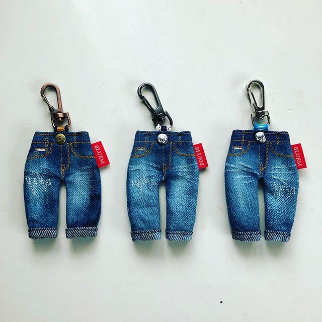 今日のあさいちで倉敷のジーンズを取り上げていたのでなんてタイムリーな❣️と。この間お土産に買ってきたミニジーンズのキーホルダー。ジーンズの生地もウォッシュタイプとかノーマルタイプが選べて、さらにボタンの色やキーホルダーのメタルタイプやタグの色など、いろいろ選べるというもの。一目惚れで、思わず衝動買いです こんな風にジーンズの後ろポケットに鍵をしまっても、ムムム?となりそうですね。ジーンズもオーダーメイド出来るそうです。是非倉敷へ行かれた際は国産ジーンズにトライしても良いかも❣️ 私のは左。後は姉妹たちに。#ジーンズ #倉敷 #bluem #デニム #キーホルダー #お土産 #岡山 #児島 (Instagram)