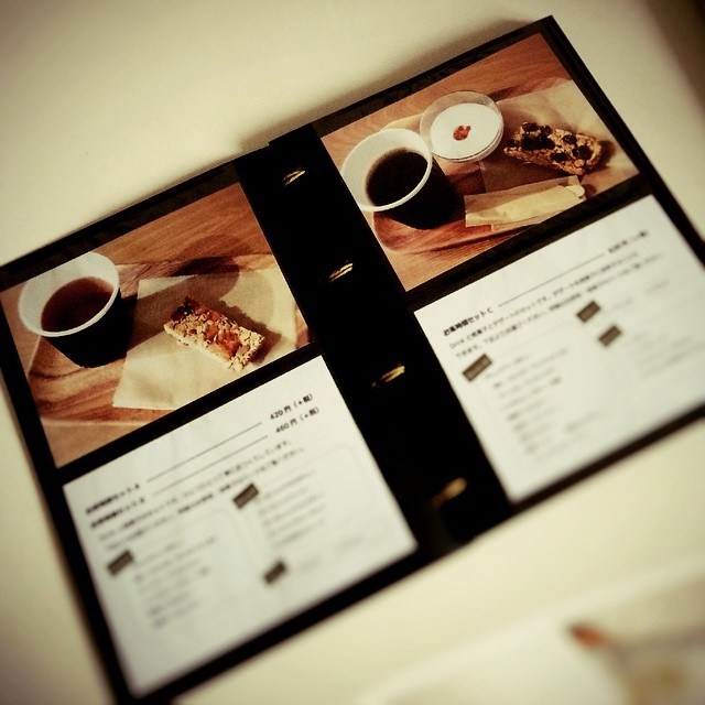 オリジナル手づくりカフェメニュー表#メニュー表 #カフェ  #café #menuアルバム用のリフィルを買って、L版印刷のメニュー写真を入れて、紐でしばって出来上がり。表紙も裏表紙も厚紙タイプのリフィル。自分で作っちゃいました。