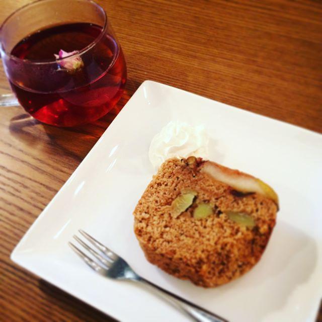 台風前の3連休いかがおすごしですか。秋の味覚サツマイモが美味しい季節ですね。今日はサツマイモとリンゴのパウンドケーキ作ってみました。試食しなくちゃということで休憩中甘さ控えめでGOOD安いティーバッグの紅茶でも、ほんの一房バラを浮かべればそれだけで、ゆったりとした時間が過ごせます。#埼玉カフェ #サツマイモ #スイーツ #りんご #パウンドケーキ #葉の園 #Hanoen #instagram (Instagram)