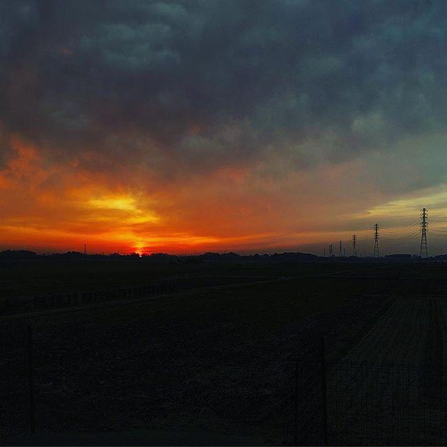 いつしかの朝陽こういう瞬間が好きだ。邪を捨てて、その瞬間から研ぎ澄まさればいい。この現世で少しでも魂を浄化して来世につなげよう。そう思える瞬間。それで良いのだ。#朝陽 #空 #伊奈町 #魂の浄化 #今日の始まり #好きな空 (Instagram)