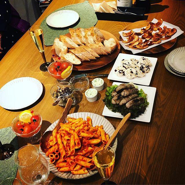 夜会準備白ワイン、赤ワインシャンパン 天然酵母パントースト自家製ガーリック&ハーブバターナッツとドライフルーツのクリームチーズナッツとドライフルーツのオイルパテ自家製ハーブソーセージ自家製無添加スープ濃厚トマトソースのパスタ大根サラダお口直しの自家製シナモンドライリンゴなどなど#女子会#パーティー #夜会 #貸しスペース #カフェ #上尾 #身体にやさしい (Instagram)