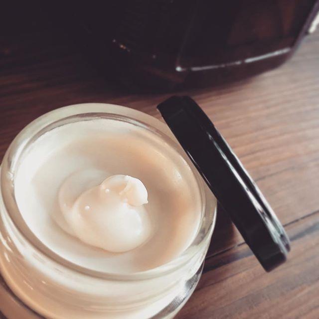 シンプル素材で作るビワの葉チンキクリーム。ほんのりピンク色父に送ってあげよう。#シンプル素材#ビワの葉 #枇杷の葉 #チンキ #クリーム (Instagram)