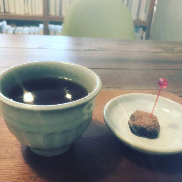 チョコレートと紅茶のお茶時間。日頃、食べたものの味、飲んだものの味を覚えていますか?お仕事の最中、ちょっとカフェに寄って、深い深呼吸をして、またお仕事頑張ってください。ゆったり過ごす時間を大切に。#お茶時間 #カフェで過ごす時間 #一呼吸 #上尾カフェ #カフェ好きな人と繋がりたい #ストレートティー #手作りチョコレート (Instagram)
