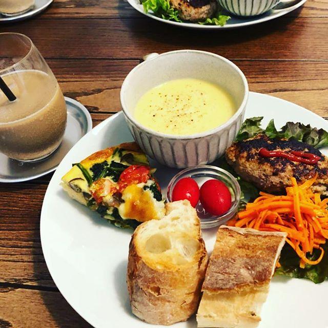 ハーブハンバーグ&キッシュプレート @1200かなり満腹感高いプレートランチ。+200円でミニデザート付きも人気#キッシュランチ #プレート #カフェランチ #上尾 #ランチ #カフェ #cafe (Instagram)