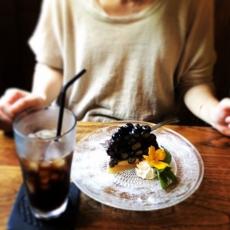 長野県のカフェらんぷ屋さん。噂のブルーベリータルトを堪能してきた〜 実は珈琲断ちをして3ヶ月。笑。地元源流水のアイスコーヒーは深みと香ばしさで、「あぁ、美味しい」と心から思える、解禁後に相応しい珈琲でした#らんぷ屋 #源流水のアイスコーヒー #戸隠 #長野カフェ #ブルーベリータルト (Instagram)