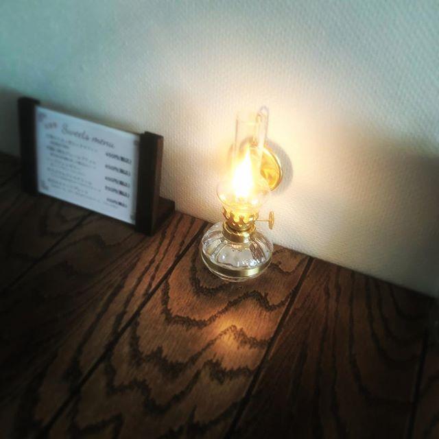 ランプが入りました♪夜カフェのときに点灯します。この雰囲気とーても好き。#ランプ #夜カフェ #しっとり #ワインに合う #大人の時間 #アンティーク風 #埼玉カフェ (Instagram)