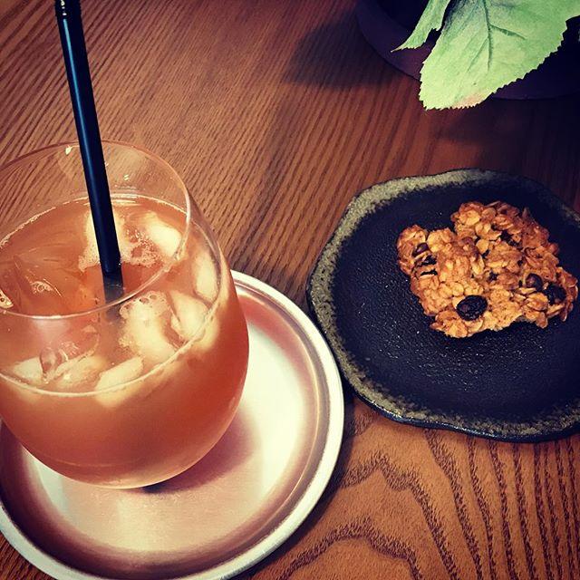 South Cloud tea roomさんからサンプルでいただいた「ルフナ」をアイスティーにして、さらにゼラニウムシロップを入れていただく、午後のスイーツ時間。なんだか、ほっと和む。ほんの少し暑さ和らぐいい時間ですね。South Cloud tea roomさんの紅茶教室が9月6日からスタートします。紅茶の基礎からアレンジティーまで。ティーインストラクターの先生もとっても素敵な先生ですよ。まだお申込み受付中です是非是非興味がある方はチェックしてみてね。葉の園でもお申込みできます。DMかホームページのお問い合わせからメールをお送りくださいませ。#southcloudtearoom #紅茶教室 #アレンジティー #レッスン #上尾 #ハーブカフェ #紅茶 #teatime #ゼラニウム #ルフナ #アイスティー (Instagram)