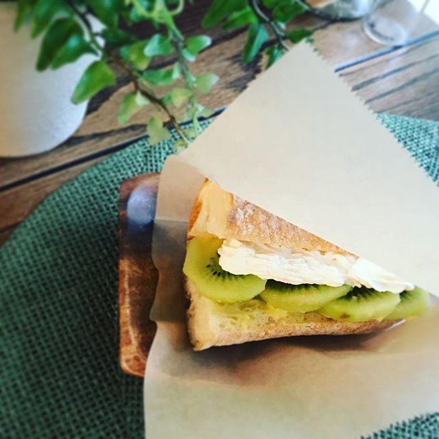 今週のフルーツサンドはキウイ🥝甘酸っぱくてさっぱり。カスタードクリームとホイップクリームのダブルクリームでお作りしています#お天気イマイチ #キウイ #🥝 #サンドウィッチ #天然酵母パン #上尾カフェ #herbs #ハーブショップ (Instagram)