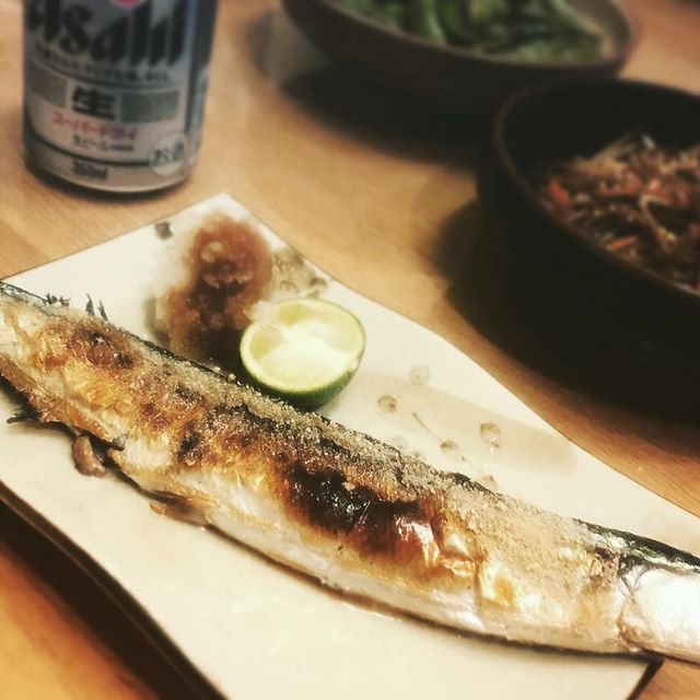 秋刀魚、焼けました。大根おろしといただいた徳島県産のすだちを添えて#ウチご飯 #脂乗ってます #質素なご飯 (Instagram)