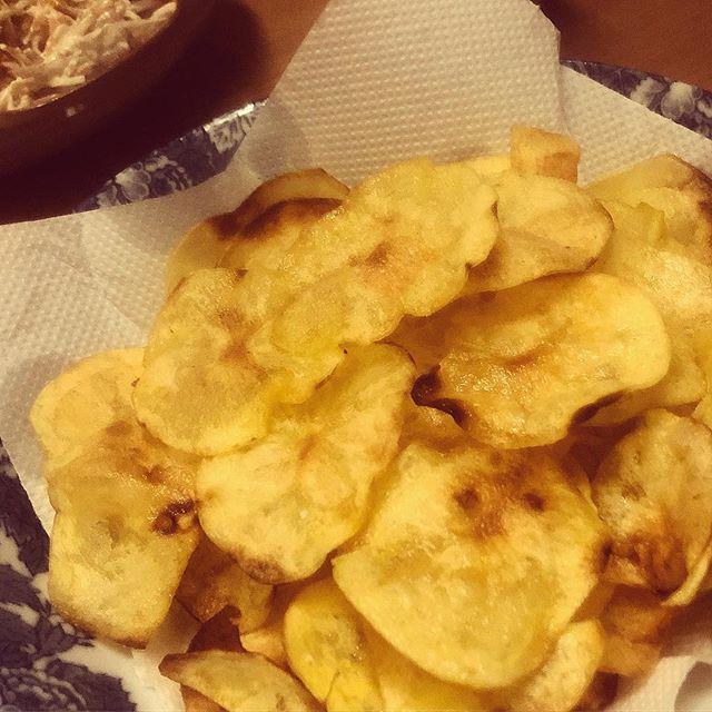 家でいもチップスつくる。塩味です。#自家製 #ポテトチップス #芋チップス #おつまみ (Instagram)