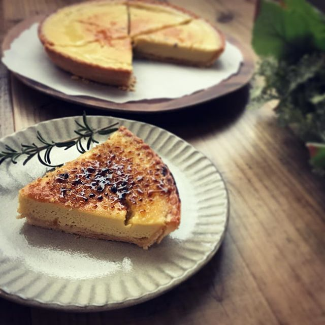 平飼い卵のプリンタルト🥚正統派のプリンをクレームブリュレ風に仕上げました。本日14時からはあかり先生のカラーセラピーがあります。お茶を飲みながら、セラピーで癒されましょう。#上尾カフェ #プリン #平飼い卵  #カフェスイーツ #クレームブリュレ #ハーブティー専門店 #葉の園 (Instagram)