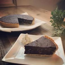 オトナのチョコタルトマサラチャイのスパイスをチョコレート生地に練りこんで作った、ちょっとスパイシーなチョコデザート。#上尾カフェ #ハーブティー専門店 #チョコタルト (Instagram)