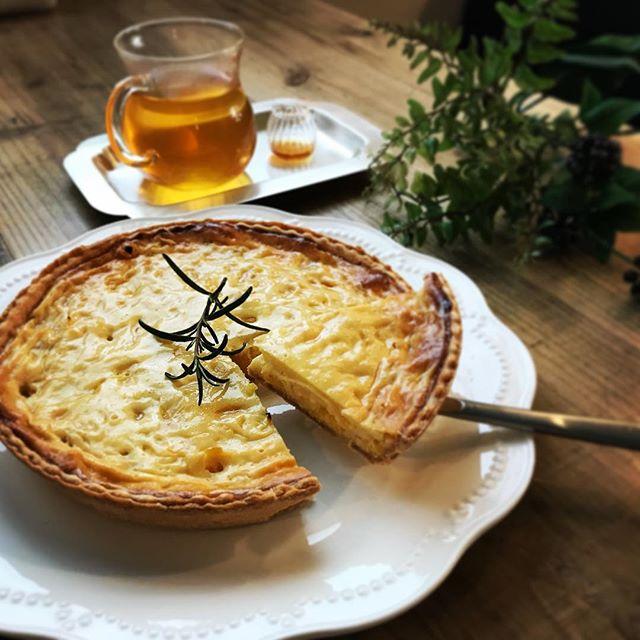本日のスイーツは甘夏のチーズケーキ。自家製チーズから手作りした、さっぱりとし甘酸っぱいチーズケーキ。甘さは控えめ。午後3時のスイーツブレンドにミントシロップを加えたホットドリンクがよくあいます。今日明日は限定スパイシースープカレーもご用意しています。本日もお待ちしております。#上尾カフェ #ハーブティー専門店 #チーズケーキ #甘夏 (Instagram)