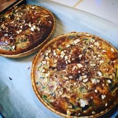 埼玉県産特別栽培のマッシュルームとケールのキノコキッシュ。ジャガイモ&ローズマリーのキッシュがなくなり次第変わります。#焼き立て #キッシュ #上尾ランチ #quiche #マッシュルーム #ケール #キノコ (Instagram)