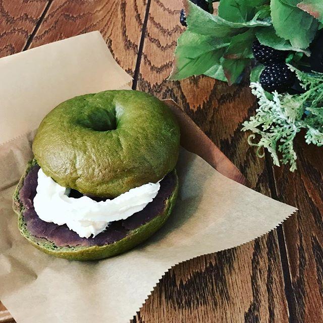 ベーグル🥯焼き上がり〜^_^ ︎マルベリー餡子︎クランベリーチーズの2種です。お店でお召し上がりになる場合は、クリームをおつけできます。※テイクアウトも可数量限定で、なくなり次第終了となります。次回は来週金曜日。お待ちしております〜。 #ベーグル (Instagram)