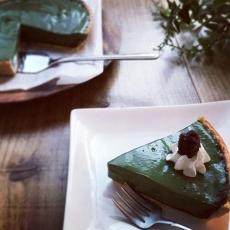 グリーンマルベリーと餡子の豆腐ケーキお豆腐をベースにした餡子と二層仕立てのヴィーガンスイーツです。お抹茶と似た味わいをもつマルベリーは小腸での糖の吸収を穏やかにすると言われています。餡子とクリームを添えて、鮮やかグリーン色も楽しみながらどうぞ。日替わりスイーツです#マルベリー #グリーン #ヴィーガン #スイーツ #herbs #ハーブ #桑の葉 #豆腐スイーツ #身体に優しい (Instagram)