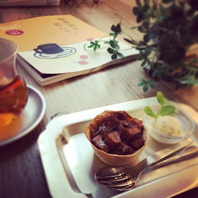 スタッフがシュトゥルーデルというオーストリア(ハンガリー帝国)の伝統的な菓子の生地を試作してくれたので、それをアレンジしてリンゴのお菓子を作りました。ココナッツシュガーとクリームチーズ、シナモンの定番の組み合わせ。バニラアイスを添えて。外はカリカリ中はとろりと甘いスイーツですHanakoの「喫茶店に恋して」特集本、入りました。昔ながらの喫茶店、好きだなあ、、、。笑#シュトゥルーデル #リンゴ #焼きりんごバニラアイス添え #上尾カフェ (Instagram)
