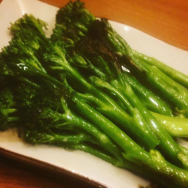 春野菜、とくに葉物が美味しい季節ですね。最近お店の購読誌に「料理通信」が加わり、ワクワクしながら読んでいるのですが、その中で見つけた野菜のオイル蒸しにはまっています。オイル蒸しにすると、新鮮な野菜の香りと歯ごたえがそのまま残り、しかも日持ちがするので大変便利。母が 井上誠耕園さんのオリーブオイルのファンで、時々実家に帰ると分けてくれるので、オイル蒸しに贅沢に使っています。昨日は届いたばかりの「青空農園さん」の無農薬スティックセニョールを。仕上げに「インカのお塩」をさっとかけるだけ。抜群に美味しかったです。#オイル蒸し #春野菜 #無農薬 #スティックセニョール #井上誠耕園 #オリーブオイル #料理通信 @aozoranouen.ina (Instagram)