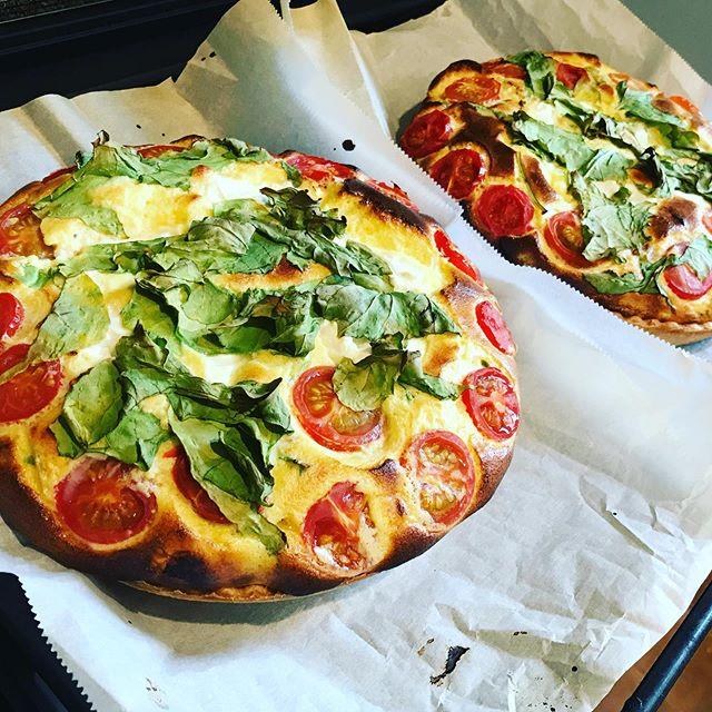 今週のキッシュは、ルッコラとトマトとサワークリームの豆乳キッシュ。焼き上がりは、ふっくら卵とヨーグルトを使用しています。#キッシュ #quiche #サワークリーム #上尾ランチ #上尾カフェ #プレートランチ #ルッコラ #オーガニック #無農薬野菜 (Instagram)