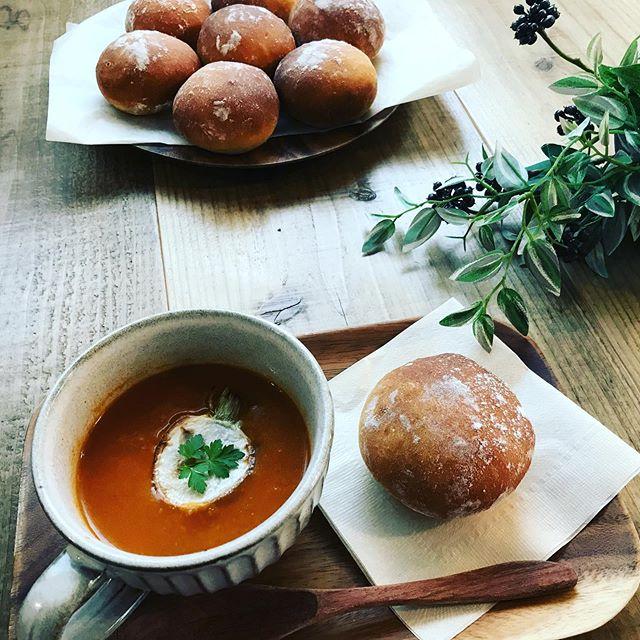 全粒粉バンズを焼きました。スープのおともにおススメです。 スープかランチでバゲットかお選びいただけます。#自家製パン #白神こだま酵母 #全粒粉パン #スープ #上尾カフェ #スープランチ (Instagram)