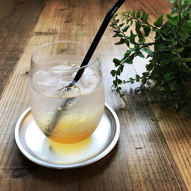 今週から梅シロップソーダが始まります。今年は地元産の大きめの梅と種子島の洗双糖を甘さ控えに漬け込みました。汗をかくこの季節は梅をとって身体を元気に保ちましょう。#梅シロップ作り #梅シロップソーダ #梅  #洗双糖 #甘さ控えめ #上尾カフェ #ハーブティー専門店 (Instagram)