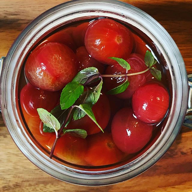 トマトの白ワイン漬け 自家製シロップに長時間漬け込んだ、ほんのり甘く冷たいデザートのような一品。トマトが苦手な人でも召し上がっていただけます。#トマト # #デザート #白ワイン #シロップ漬け #上尾カフェ (Instagram)