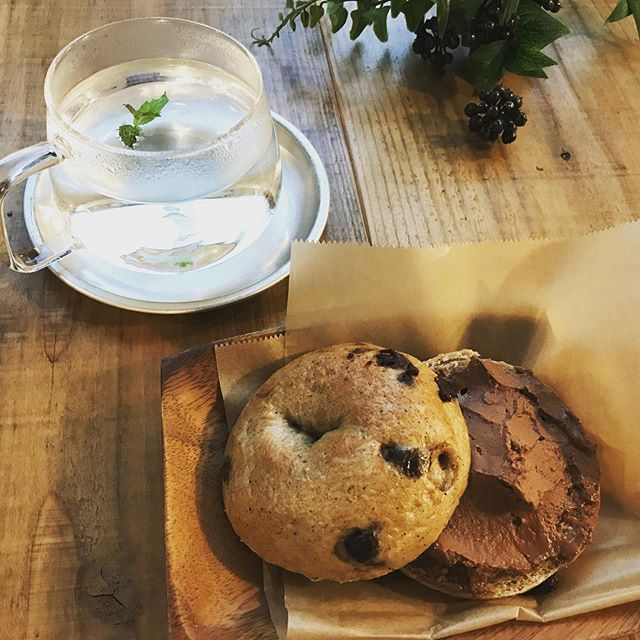 自家製チャイマサラベーグル with たっぷりチョコスプレッドミントハーブティーとともに。ちょっと疲れた時は、軽めのものを。でもやっぱり甘いものも欲しくなります。#豆腐のチョコスプレッド#チャイ #マサラ #オーガニックチョコレート #ベーグル #bagel #🥯 #スパイス #国産小麦 #自家製 #上尾カフェ (Instagram)