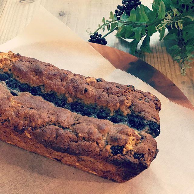 日替わりスイーツは明日からオーガニックブルーベリーのパウンドケーキになります。甘酸っぱいブルーベリーを柔らかく煮詰めてから、ケーキ生地と一緒に焼き上げました。是非ランチのミニデザートにもどうぞ。#パウンドケーキ #カフェスイーツ #上尾カフェ #ヴィーガン #卵乳製品不使用 #ブルーベリー #オーガニック (Instagram)