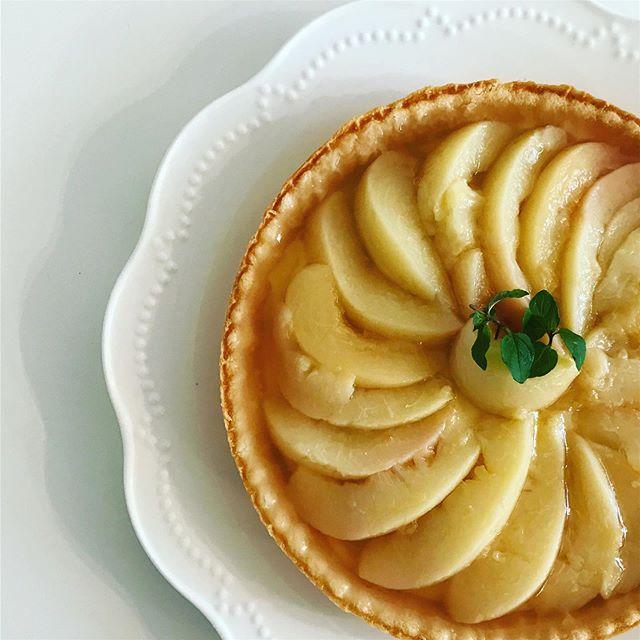桃のコンポートタルト夏らしく桃を使って涼しいデザートを。おいスィーツです柔らかすぎてちょっと形崩れ。笑#桃 #コンポート #白ワイン #デザート #カフェスィーツ #おいスィーツ (Instagram)