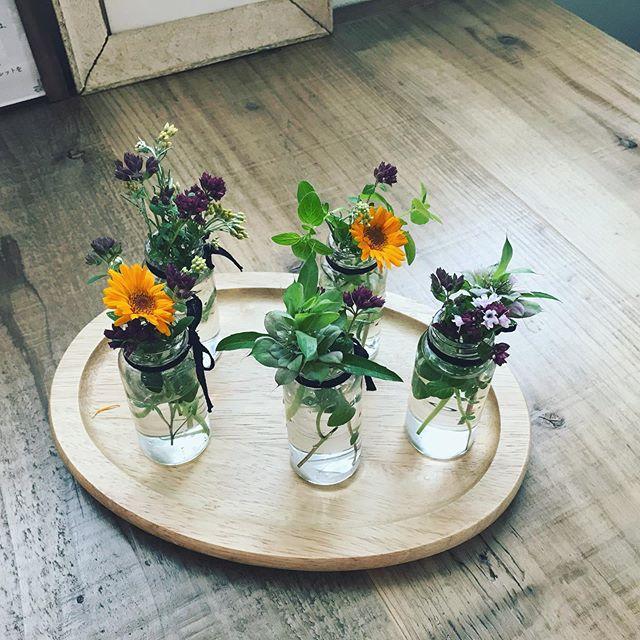 この時期はハーブの花壇が華やかになり、たくさんの元気をわけてくれます。このお花や葉たちをテーブル花に少しいただき、お客様の一杯のお茶時間の癒しに活躍してくれています。#テーブル装花 #ハーブ #カレンデュラ #マリーゴールド #カフェ #オレガノ #お茶時間 #癒しの空間 (Instagram)