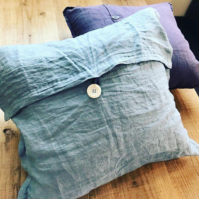 お店用のクッションカバー作った。生地の森さんで国産リネンを購入。柔らかな肌触りで、シワがとても良い感じ。買うより作った方が断然安いから。(サイズ感違う。笑)下手だけどこれからもきっとチクチクすると思う〜 #生地の森 #リネン #麻 #縫い物 #クッションカバー #ソーイング #グリーン #ちょっと大きめ #まあまあ (Instagram)
