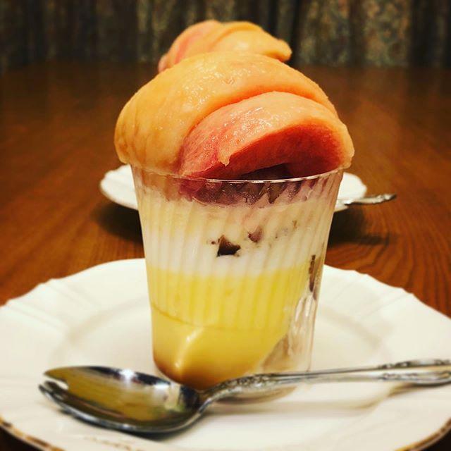 ウチデザートは「桃パフェ」。夫のアイデアで今日はプリン&バニラアイス桃パフェに。 プリンの味に左右されるから、プリンも重要だ!明日はヨーグルトで桃パフェ試作してみる予定#桃パフェ #白桃 #ウチカフェ #ウチカフェスイーツ #プリンパフェ (Instagram)