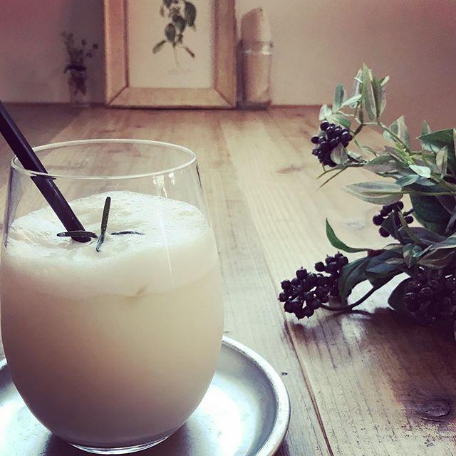 梅ラッシー梅とヨーグルトのさっぱりとした甘みのあるドリンク。ほんのりカルダモンスパイスがきいたハーブドリンクです。数量限定でアルコールバージョンもありますよ#ラッシー #梅 #drinks #ドリンク #上尾カフェ #ハーブドリンク #カルダモン (Instagram)