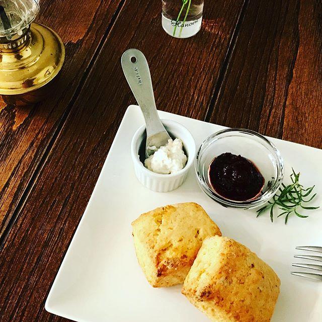 オーガニックコーンミール入りの国産小麦のサクサクスコーン。ちょっとお腹が空いた時のおススメおやつです。しっかりお腹にたまって、後の食事にひびかない。少しでも体に優しいなら、それに越したことはないですよね。10月5日の駅構内の販売会に少し持って行く予定です10月からの軽食メニューにも#スコーン #コーンミール #国産小麦 #上尾カフェ #おやつ (Instagram)