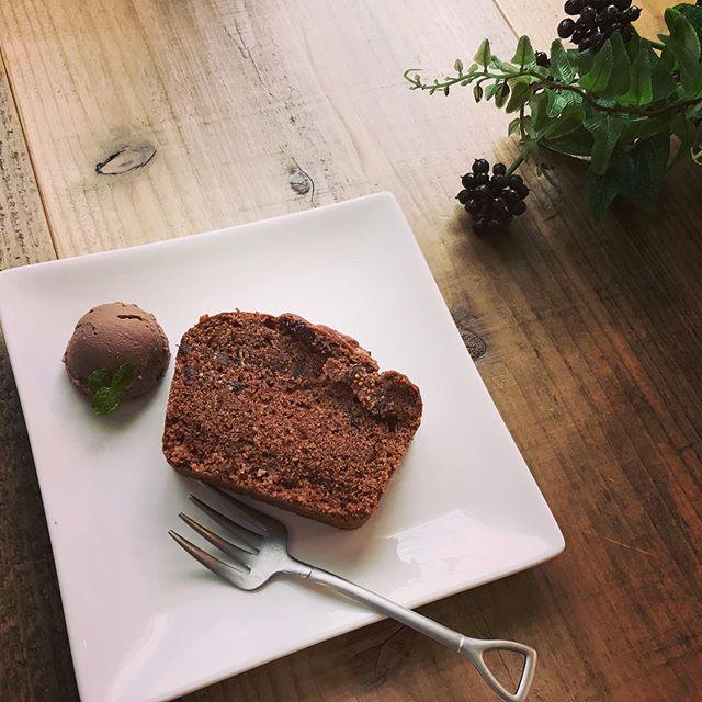 チョコミントのパウンドケーキ カカオ生地にオーガニックドライイチジクとペパーミントの香りを練りこんで、焼きました。口に入れるとフワッとミントの香りが楽しめる大人のスイーツ 豆腐のチョコスプレッドを添えて。#カカオ #パウンドケーキ #大人のスイーツ #上尾カフェ #ミント #ハーブ #ハーブティーの美味しいお店 #オーガニック #ドライフルーツ (Instagram)