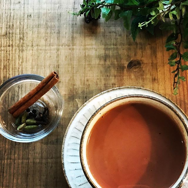 ラムマサラチャイ5種のスパイスとラム酒の香りを合わせたオリジナルチャイがメニューに加わります。10月から若干の価格変更があります。ドリンクはlargeサイズを作りました。是非いらしてくださいね。#ドリンクメニュー #ラム酒 #マサラチャイ #上尾カフェ (Instagram)