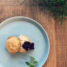 ココナッツスコーン小腹がすいたときに、ちょうどいいおやつ。カスタードクリームとハーブコンフィチュールを乗せて、、。ちょっと贅沢なおやつに#スコーン #scone #ヴィーガン #ハーブティーのお店 #上尾カフェ (Instagram)