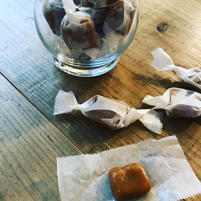 22日火曜日ですが、本日は臨時営業しております。️️️️️️ですね。手作り生キャラメルあります。口溶け滑らかです是非お立ち寄りください。#生キャラメル #プレーン味 #ハーブティーのお店 #ハーブティーカフェ #臨時営業 (Instagram)