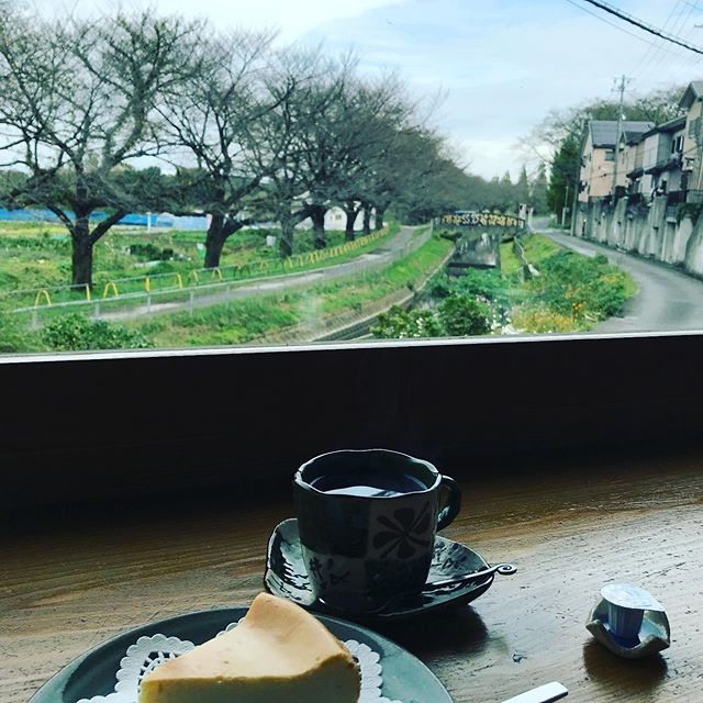 この間行ったカフェは、窓から見える景色が桜並木という豪華さ。#さいたま市カフェ#焙煎職人がいるお店 #珈琲豆屋 (Instagram)