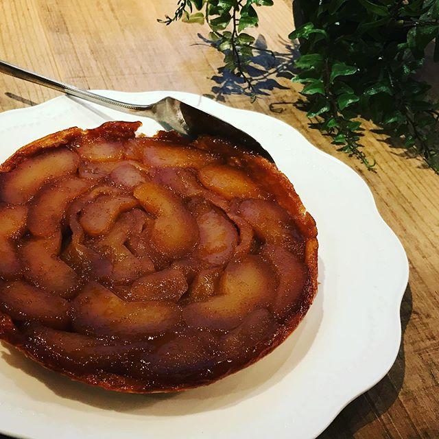 明日のデザートはタルトタタンです。甘く煮詰めたたっぷりのリンゴにほんのりシナモンを加えました。#タルトタタン #上尾カフェ #デザート #スイーツ #ハーブティーのお店 (Instagram)