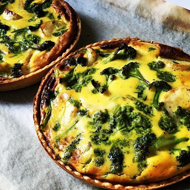 今週のキッシュは「カブとブロッコリーハーブソルトのグリル焼き」です。旬の採れたて地場野菜をハーブソルトでほんのり焦げ目がつくくらい焼いてから、じっくりオーブンで焼き上げました。是非旬の味を堪能してね。#上尾カフェ #キッシュ #quiche #旬の野菜 #地場野菜 (Instagram)
